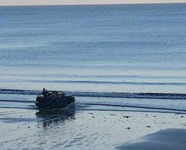 Homem Conduz Jipe Direto Ao Mar, Transformando-o Num Barco 8