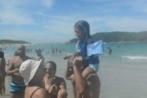 Menina Perde-se Na Praia Mas é Encontrada Graças Às Palmas Dos Banhistas 9