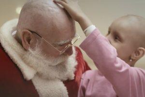 Pai Natal Rapa o Cabelo Durante Visita a Crianças Que Lutam Contra o Cancro 10