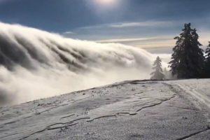 Esquiadores Presenciam Incrível Onda De Nevoeiro a Descer Pela Montanha 10