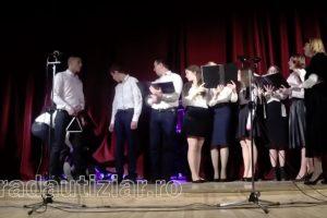 Coro Continua a Cantar Depois De Um Dos Membros Desmaiar 10
