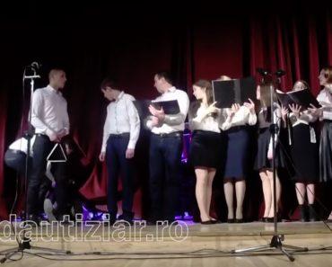 Coro Continua a Cantar Depois De Um Dos Membros Desmaiar 8