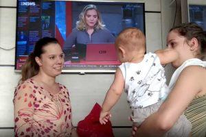 Bebé Fica Confuso Quando Vê a Irmã Gémea Da Mãe Pela Primeira Vez 9