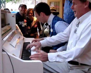 Um Piano Tocado a Cinco Mãos... Incrível! 1