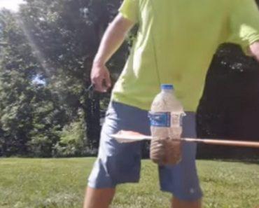 Arqueiro Faz Fantástico Truque Com Uma Só Seta e Duas Garrafas Em Movimento 7