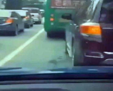 Automobilistas Divertem-se Enquanto Esperam Em Aborrecida Fila De Trânsito 17