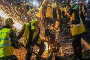1000 Chineses Renovam Caminhos De Ferro Em Apenas 6 horas 9