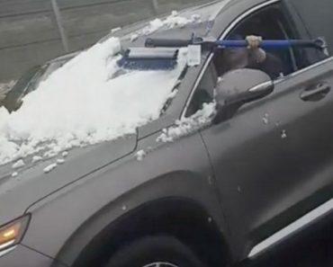 Condutor Tenta Remover a Neve Do Para-Brisas Do Carro Enquanto Conduz 3