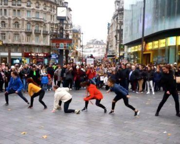 Surpreendeu Namorada Com Pedido De Casamento Após Flashmob Na Rua 3