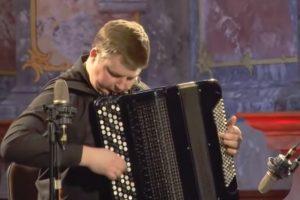 Jovem Músico Demonstra o Seu Incrível Talento Ao Tocar As Quatro Estações De Vivaldi Em Acordeão 7
