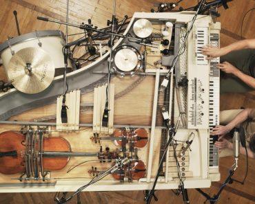 Banda Usa Criatividade e Engenho Para Interpretar Tema Usando Piano Convertido Em 20 Instrumentos 2