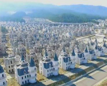 A Cidade-Fantasma Com 300 luxuosos Castelos 9