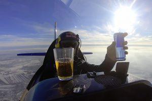 Piloto Mostra Como Funciona a Força Centrífuga Ao Beber Red Bull Enquanto Gira Avião 10