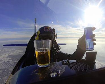 Piloto Mostra Como Funciona a Força Centrífuga Ao Beber Red Bull Enquanto Gira Avião 3