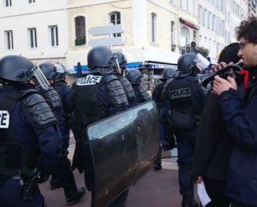 Manifestante Quebra Silêncio Tenso Ao Tocar Marcha Imperial Para Os Polícias 4