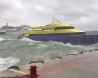 Ferry Repleto De Passageiros Luta Contra Os Fortes Ventos 6