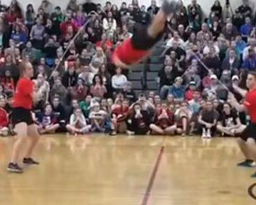Estudantes Elevam o Salto à Corda a Outro Nível Com Incríveis Acrobacias 6