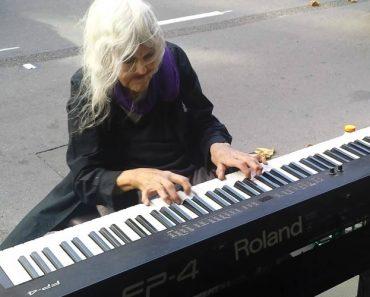 Mulher De 80 Anos Deixa Todos De Boca Aberta Ao Tocar Piano Na Rua De Forma Maravilhosa 3
