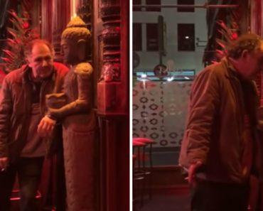 Homem Embriagado Apaixona-se Por Estátua à Porta De Um Bar 3