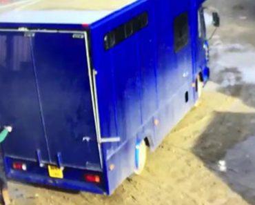 Câmara De Vigilância Capta Momento Em Que Duas Mulheres Descarregam Camião 1