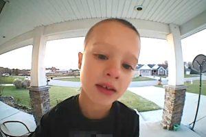 Criança Contacta Com o Pai Através Da Câmara De Vigilância De Casa Para o Ajudar Com Canal De Tv Infantil 9