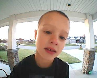 Criança Contacta Com o Pai Através Da Câmara De Vigilância De Casa Para o Ajudar Com Canal De Tv Infantil 8