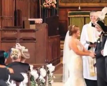 Coruja Branca Voa Pela Igreja Para Entregar As Alianças Aos Noivos Durante a Cerimónia 2