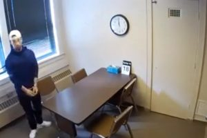 Suspeito Algemado Foge Da Sala De Interrogatório Com a Maior Das Facilidades 9