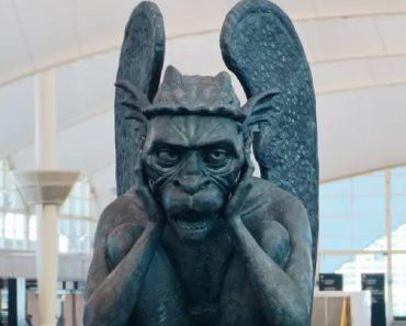 Estatueta De Gárgula Surpreende Passageiros De Aeroporto Ao Conversar Com Eles 7
