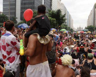 Grupo De Carnaval Pára e Senta-se No Chão Até Que Criança Perdida Encontrasse a Mãe 6