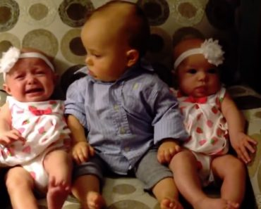 Bebé Fica Adoravelmente Confuso Ao Ver As Irmãs Gémeas Pela Primeira Vez 5