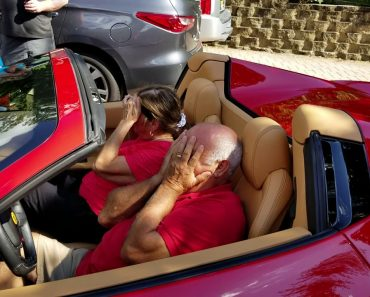 """Filho Surpreende Pai Com Presente """"Do Outro Mundo""""... Um Ferrari 458 Spider 6"""