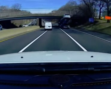 Camionista Ignora Altura Da Ponte e Destrói Um Dos Carros Novos Que Transportava 6