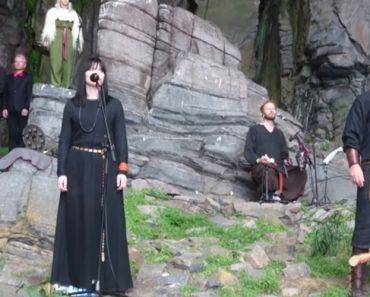 Músicos Noruegueses Interpretam Arrepiante Cântico Fúnebre Na Montanha 5