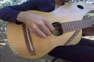 """Jovem Toca """"Sound of Silence"""" Numa Guitarra De 18 Cordas, e o Resultado é Maravilhoso 9"""