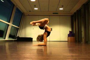 Ela Começa Por Fazer Alguns Movimentos Básicos De Yoga, Mas o Que Faz a Seguir é Espantoso! 10