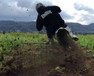 Praticante De Motocross Mostra Como Se Faz Acrobacias Numa Moto Elétrica 2