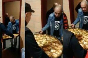 Dois Homens Que Apenas Queriam Sair Da Cozinha Para o Salão Com a Travessa De Paella 10