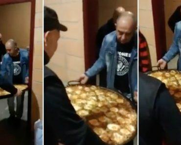Dois Homens Que Apenas Queriam Sair Da Cozinha Para o Salão Com a Travessa De Paella 1