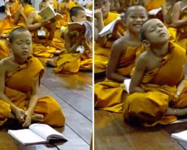 Pequeno Monge é Vencido Pelo Sono Durante a Reza 4