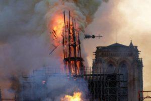 Vídeo Mostra o Incêndio Que Deflagrou Na Catedral De Notre-Dame 6