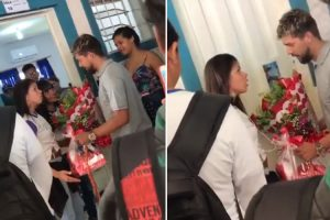 Rapaz Leva Flores à Amada Diante Toda a Escola e Não Reage Bem Quando Percebe Que Foi Rejeitado 9