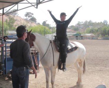 Cavalo Dá Uma Ajudinha Para Que Jovem Consiga Montá-lo 27