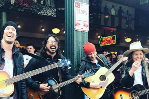 Dave Grohl e Brandi Carlile Dão Concerto Surpresa Nas Ruas De Seattle 10