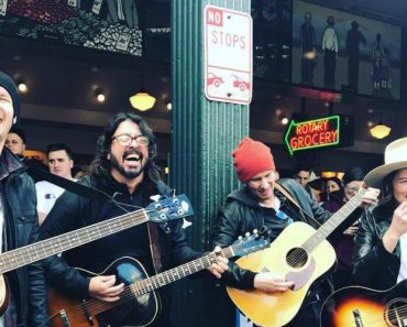 Dave Grohl e Brandi Carlile Dão Concerto Surpresa Nas Ruas De Seattle 9