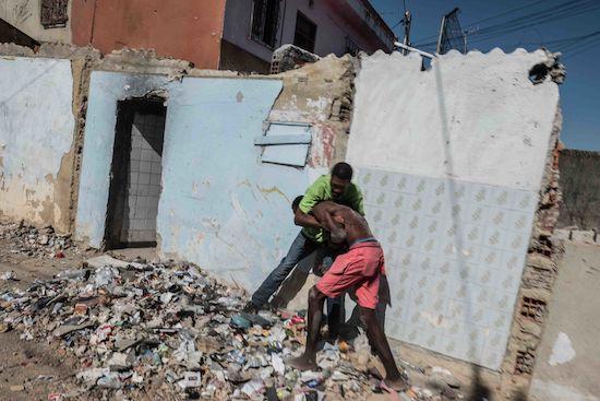 Fotógrafo Capta Imagens Da Vida Que Resta No Bairro Clandestino 6 De Maio Na Amadora 17