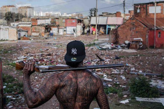 Fotógrafo Capta Imagens Da Vida Que Resta No Bairro Clandestino 6 De Maio Na Amadora 1