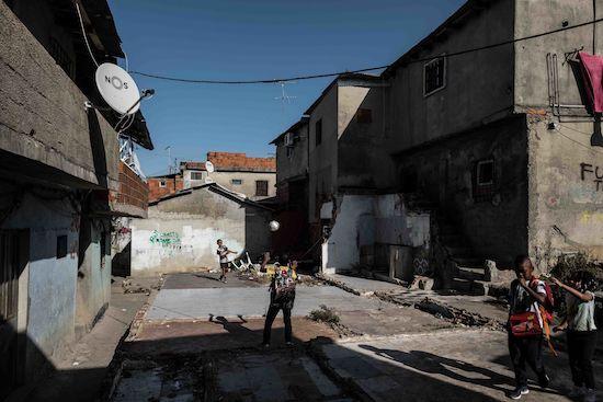 Fotógrafo Capta Imagens Da Vida Que Resta No Bairro Clandestino 6 De Maio Na Amadora 11