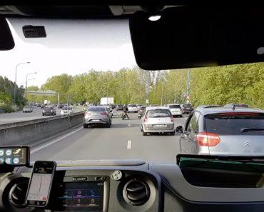 Motociclista Ajuda Ambulância a Passar Pelo Intenso Trânsito 2