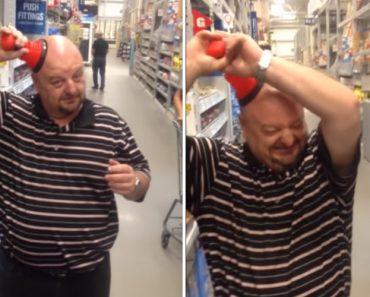 Hilariante Momento Em Que Homem No Supermercado Se Vê Em Apuros Para Tirar Desentupidor Da Cabeça 6